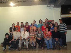 Jóvenes de Asoval con miembros de la directiva.