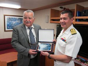 El cónsul general entrega una placa conmemorativa al comandante del 'Yavire'.