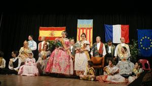 La Fallera Mayor, Beatriz Emilie Ferrando, junto a su corte de honor.