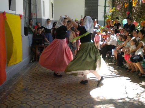 Los jóvenes descendientes llevaron el baile balear al Hospital Provincial de Rosario.