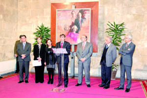 El president Antich lee el fallo del jurado junto a Mercedes Álvarez.