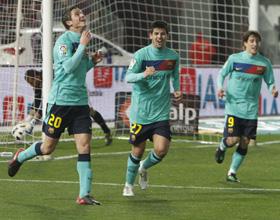 El delantero holandés del Barça, Ibrahim Afellay, celebra su gol, tercero de su equipo ante el Almería.