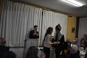 Nuria González recibe de Rosa Urbón el Bastón de Mando del Hogar Centro Castellano y leonés de Catalunya.
