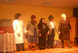Los componentes del grupo saludan al público al final de la función.