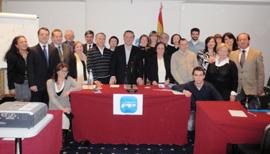 Alfredo Prada con los nuevos afiliados del PP en Milán.