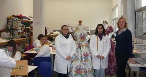 Mabel Manglano con las jóvenes que confeccionan los trajes en la Casa de Oficios de Sastrería y Confección de Indumentaria Tradicional.