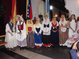 Jóvenes de la entidad ataviados con los trajes típicos canarios.