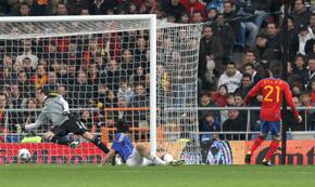 Silva marca el gol que dio el triunfo a España frente a Colombia.