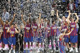 Los jugadores del Regal Barcelona celebran la victoria.