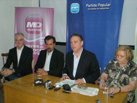 Rueda de presna de Alfredo Prada junto al secretario del PP en Argentina, José Luis Rodríguez (izquierda), el presidente, Fernando López Pereira, y la vicepresidenta, Elba Calvo.