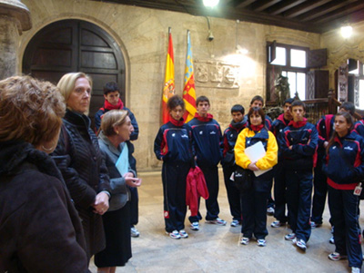 Gotzone Mora y Mabel Manglano con los jóvenes españoles de Chile.