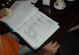Antonio mostró a España Exterior todos los documentos sobre el proceso que ha desembocado en la retirada de su única fuente de ingresos.