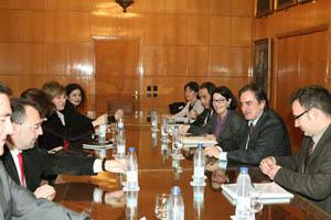 Imagen de la reunión con Anna Terrón y Valeriano Gómez, a la derecha.