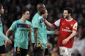 El capitán del Arsenal, el español Cesc Fábregas, saluda a los jugadores del Barça al finalizar el partido.