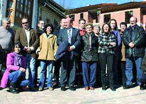 Migoya con vecinos de Arenas de Cabrales.