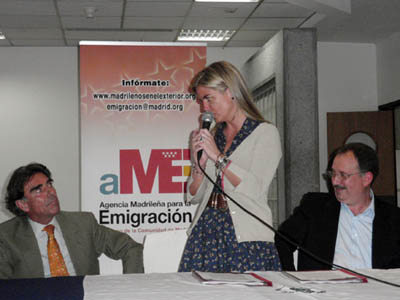 Durante el acto, Victoria Cristóbal Araujo agradece a Aníbal Jiménez Abascal, Cónsul de España en Venezuela. A la derecha, el ingeniero Francisco Javier Grande, creador de la Peña Los Gatos.