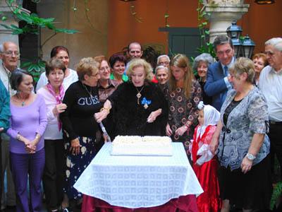 La fiesta finalizó con una gran tarta y las notas del 'Cumpleaños feliz'.