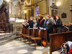 El coro de la peña cantando en la misa.