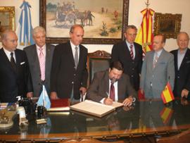 Caamaño firma el Libro de Oro del Club Español de Buenos Aires.