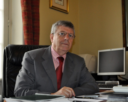 El cónsul general de España en Montevideo, Eduardo de Quesada, en su despacho.