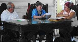 Rolando Pérez Palmero junto a la secretaria social, Conchita Suárez Morilla y Mercedes Castellanos.