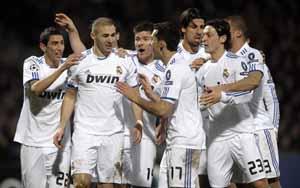 Benzema recibe la felicitación de sus compañeros tras marcar el gol del Real Madrid.