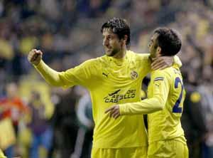 Capdevila y Rossi celebran el segundo gol del Villarreal.