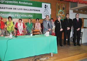 La conferenciante con las autoridades y el ballet del centro.