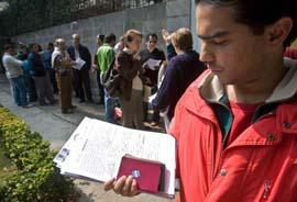 Imagen de archivo de las colas ante el Consulado de España en México para soliciitar la nacionalidad.