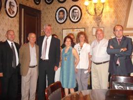 Pilar Pin con miembros de la Asociación Española de Córdoba.