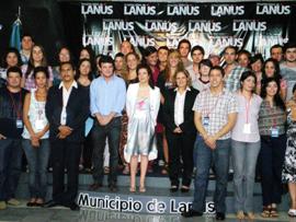 La directora general en una foto de familia junto a los jóvenes que participaron en la iniciativa.