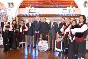 Alfonso Rueda y Santiago Camba con la banda de gaitas de la Sociedad Española de Punta Arenas.