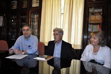 Moreda junto al presidente del Hogar, Julio Ríos, y una directiva.