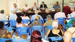 El canciller Rafael Garbajosa ofrece explicaciones a los asistentes a la reunión.