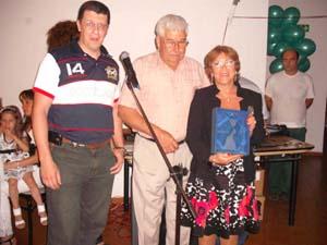 Hernán Moya, Juan Fernández Lidueña y Marité Puga al recibir la distinción María Zambrano.