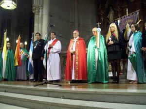 Sacerdotes y autoridades ante el altar de la Catedral de los Santos Pedro y Cecilia.