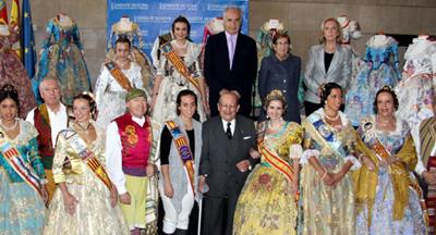 Rafael Blasco con los integrantes de 'Volver' y 'Avión Fallero'.