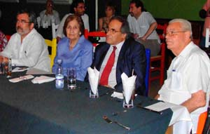 En el centro Blanca Mª Fernández y el cónsul Pablo Barrios.