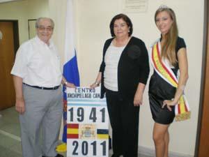 Hernández, en el centro, junto a Álvaro Acosta y la reina del Centro Archipiélago Canario, Paula Bolano.
