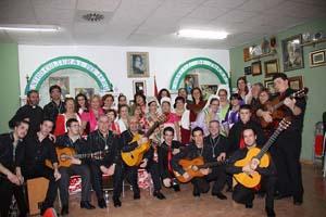 Coro Rociero de Torrent y Coro «Secretos de Mi Tierra», con las reinas del Centro y la alcaldesa de Torrent.