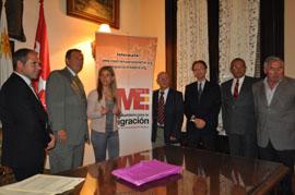 Firma del convenio con el centro gallego de montevideo.
