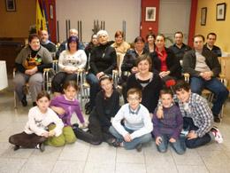 Los participantes en el taller de teatro con sus familiares.