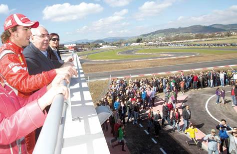 Fernando Alonso junto a Álvarez Areces observando el circuito.