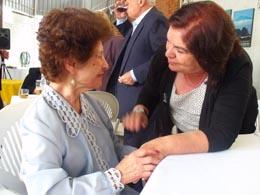 Guillermina Hernández con una emigrante canaria en Sao Paulo.