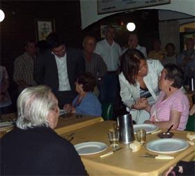 Beatriz Mato departió con los ancianos del Hogar Gallego de Domselaar.