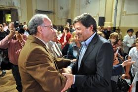 Javier Fernández, derecha, recibió el cariño de los emigrantes en Montevideo.