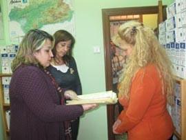 Juan Mª Sánchez enseña a Ana Gómez el trabajo de Asaler.