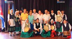Foto de familia. Por la izq. Luis Gardey, Mª A. Marcos, Antonio Trevín, Manolo Pérez y Agustín Farpón junto a la Banda de Gaitas de La Habana (FAAC).