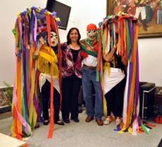 Ana Lorenzo posa junto a los muñecos del 'Entroido'.