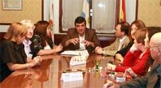 Ricardo Cortés con la directiva del Centro Montañés-Casa de Cantabria de Buenos Aires.